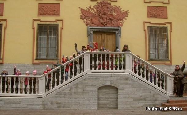 дети у летнего дворца в Летнем саду