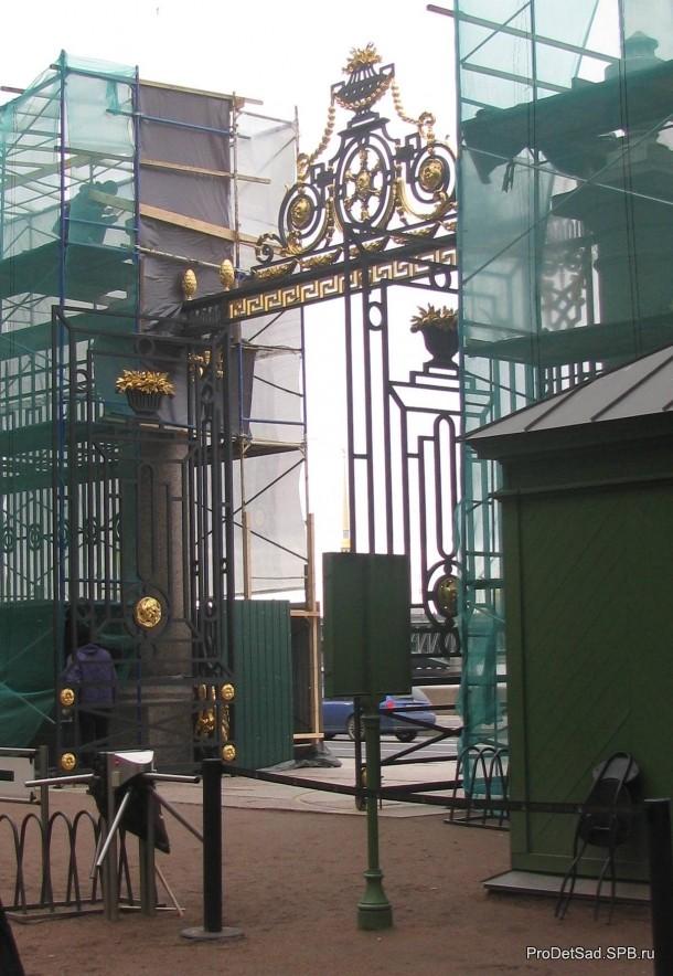 Летний сад - ворота на реставрации
