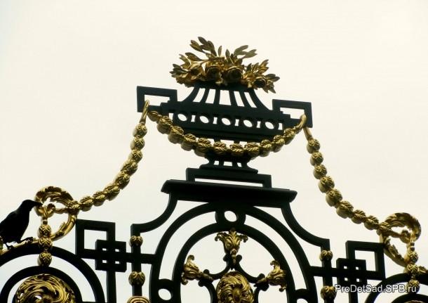 Чаша на воротах Летнего сада