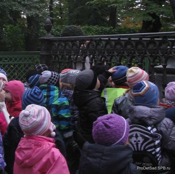 дети смотрят на памятник
