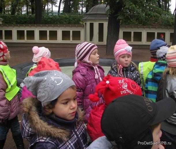 дети на птичьем дворе