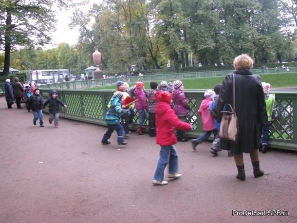 Дети в Летнем саду осенью