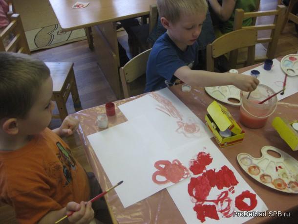 Дети рисуют узоры