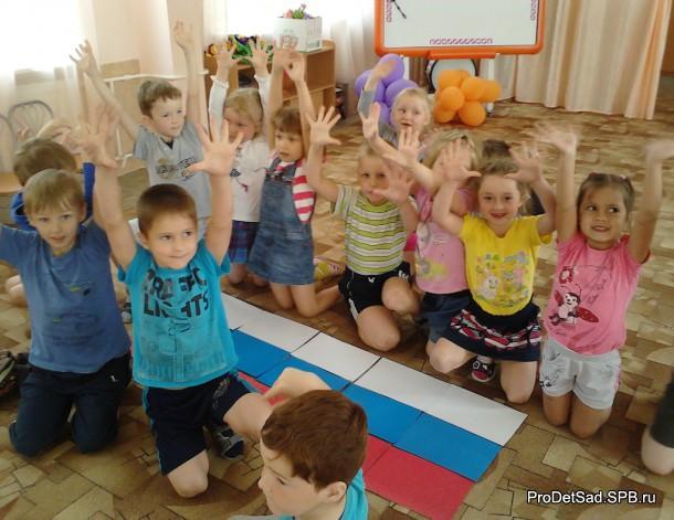 дети выкладывают Российский флаг