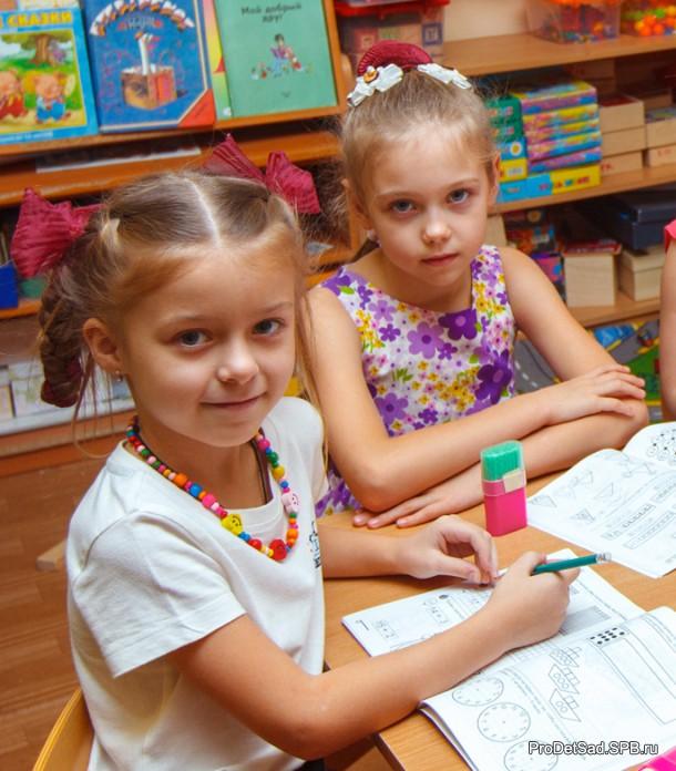 Дети слушают задание педагога