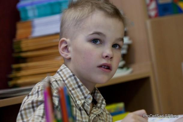ребенок отвечает на вопросы викторины про мультики